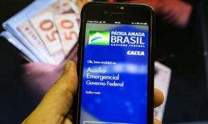 Governo vai manter o auxílio emergencial se a pandemia continuar; afirma Bolsonaro